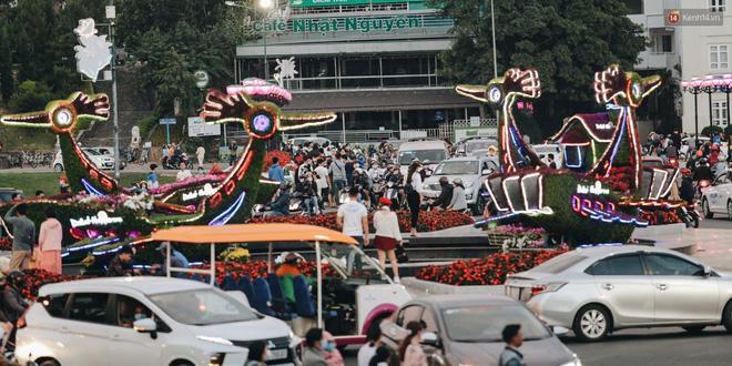 Trung tâm TP. Đà Lạt 'tê liệt' từ chiều đến tối do lượng du khách tăng đột biến dịp lễ 30/4 Ảnh 3