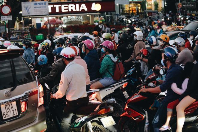 Trung tâm TP. Đà Lạt 'tê liệt' từ chiều đến tối do lượng du khách tăng đột biến dịp lễ 30/4 Ảnh 5