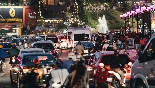 Trung tâm TP. Đà Lạt 'tê liệt' từ chiều đến tối do lượng du khách tăng đột biến dịp lễ 30/4 Ảnh 19
