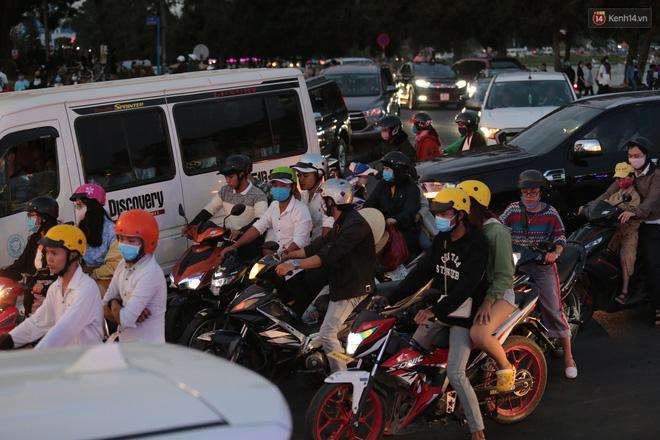 Trung tâm TP. Đà Lạt 'tê liệt' từ chiều đến tối do lượng du khách tăng đột biến dịp lễ 30/4 Ảnh 11