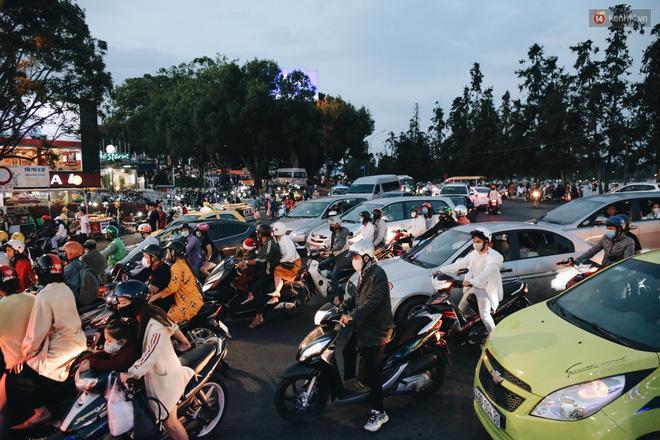 Trung tâm TP. Đà Lạt 'tê liệt' từ chiều đến tối do lượng du khách tăng đột biến dịp lễ 30/4 Ảnh 17