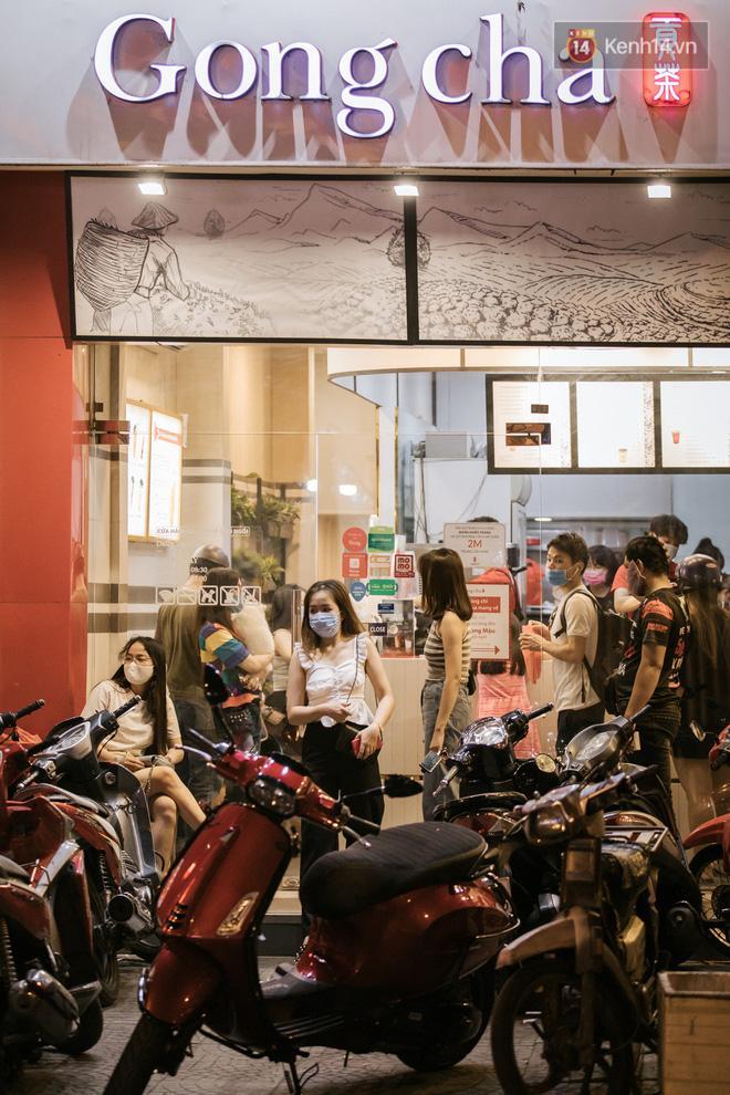 Sài Gòn nhộn nhịp trong buổi tối nghỉ lễ đầu tiên: Khu vực trung tâm dần trở nên đông đúc, nhiều người lo sợ vẫn 'kè kè' chiếc khẩu trang bên mình Ảnh 21