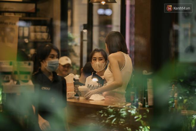 Sài Gòn nhộn nhịp trong buổi tối nghỉ lễ đầu tiên: Khu vực trung tâm dần trở nên đông đúc, nhiều người lo sợ vẫn 'kè kè' chiếc khẩu trang bên mình Ảnh 25