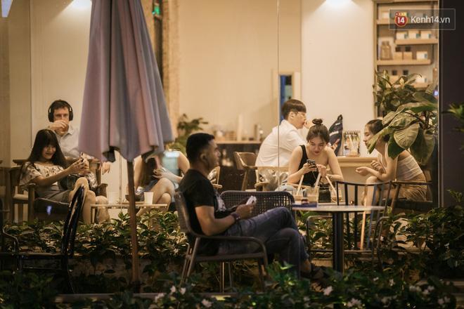 Sài Gòn nhộn nhịp trong buổi tối nghỉ lễ đầu tiên: Khu vực trung tâm dần trở nên đông đúc, nhiều người lo sợ vẫn 'kè kè' chiếc khẩu trang bên mình Ảnh 22