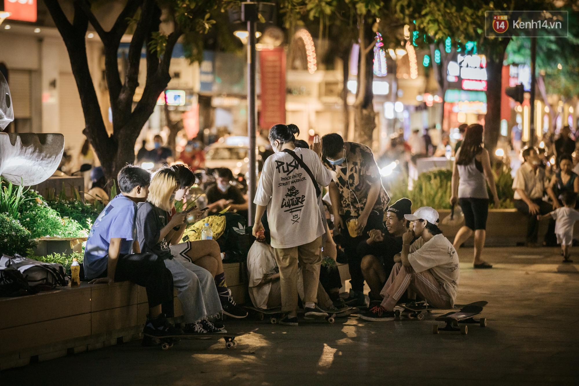 Sài Gòn nhộn nhịp trong buổi tối nghỉ lễ đầu tiên: Khu vực trung tâm dần trở nên đông đúc, nhiều người lo sợ vẫn 'kè kè' chiếc khẩu trang bên mình Ảnh 6