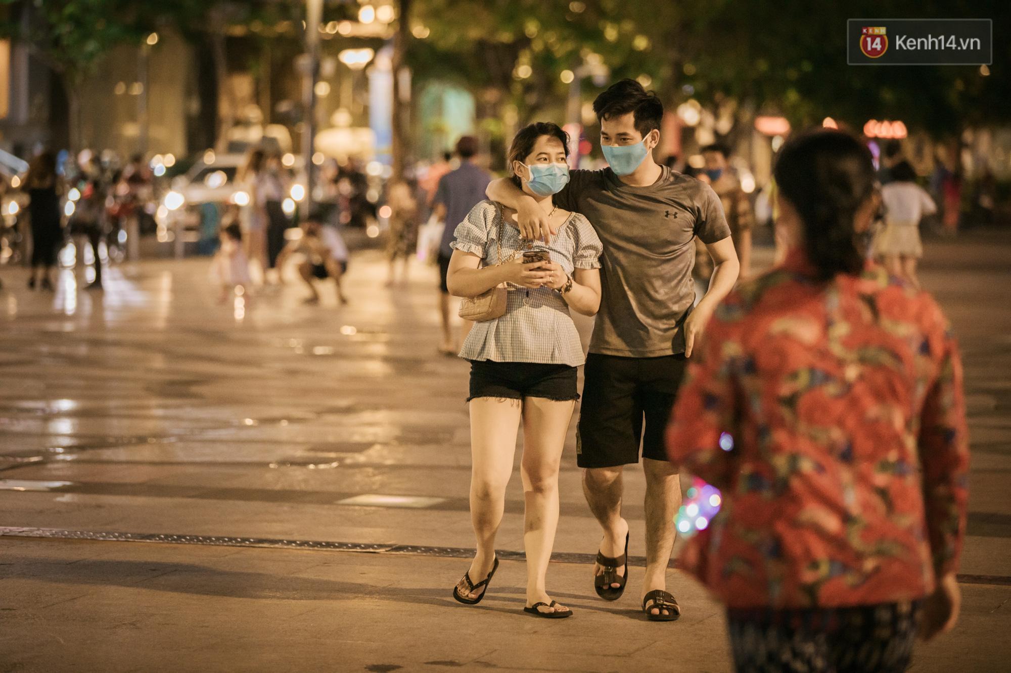 Sài Gòn nhộn nhịp trong buổi tối nghỉ lễ đầu tiên: Khu vực trung tâm dần trở nên đông đúc, nhiều người lo sợ vẫn 'kè kè' chiếc khẩu trang bên mình Ảnh 5
