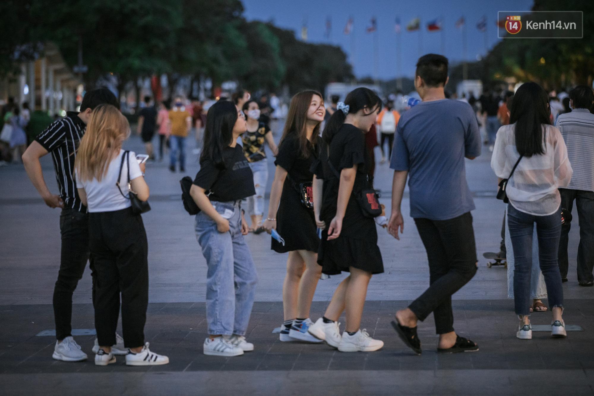 Sài Gòn nhộn nhịp trong buổi tối nghỉ lễ đầu tiên: Khu vực trung tâm dần trở nên đông đúc, nhiều người lo sợ vẫn 'kè kè' chiếc khẩu trang bên mình Ảnh 2