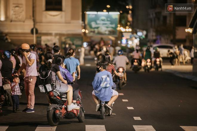 Sài Gòn nhộn nhịp trong buổi tối nghỉ lễ đầu tiên: Khu vực trung tâm dần trở nên đông đúc, nhiều người lo sợ vẫn 'kè kè' chiếc khẩu trang bên mình Ảnh 17