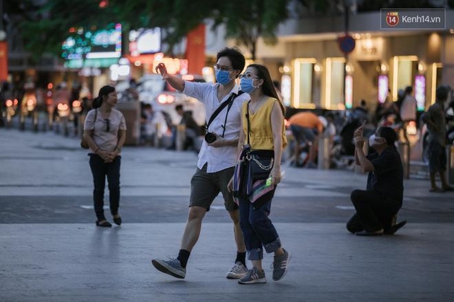 Sài Gòn nhộn nhịp trong buổi tối nghỉ lễ đầu tiên: Khu vực trung tâm dần trở nên đông đúc, nhiều người lo sợ vẫn 'kè kè' chiếc khẩu trang bên mình Ảnh 27