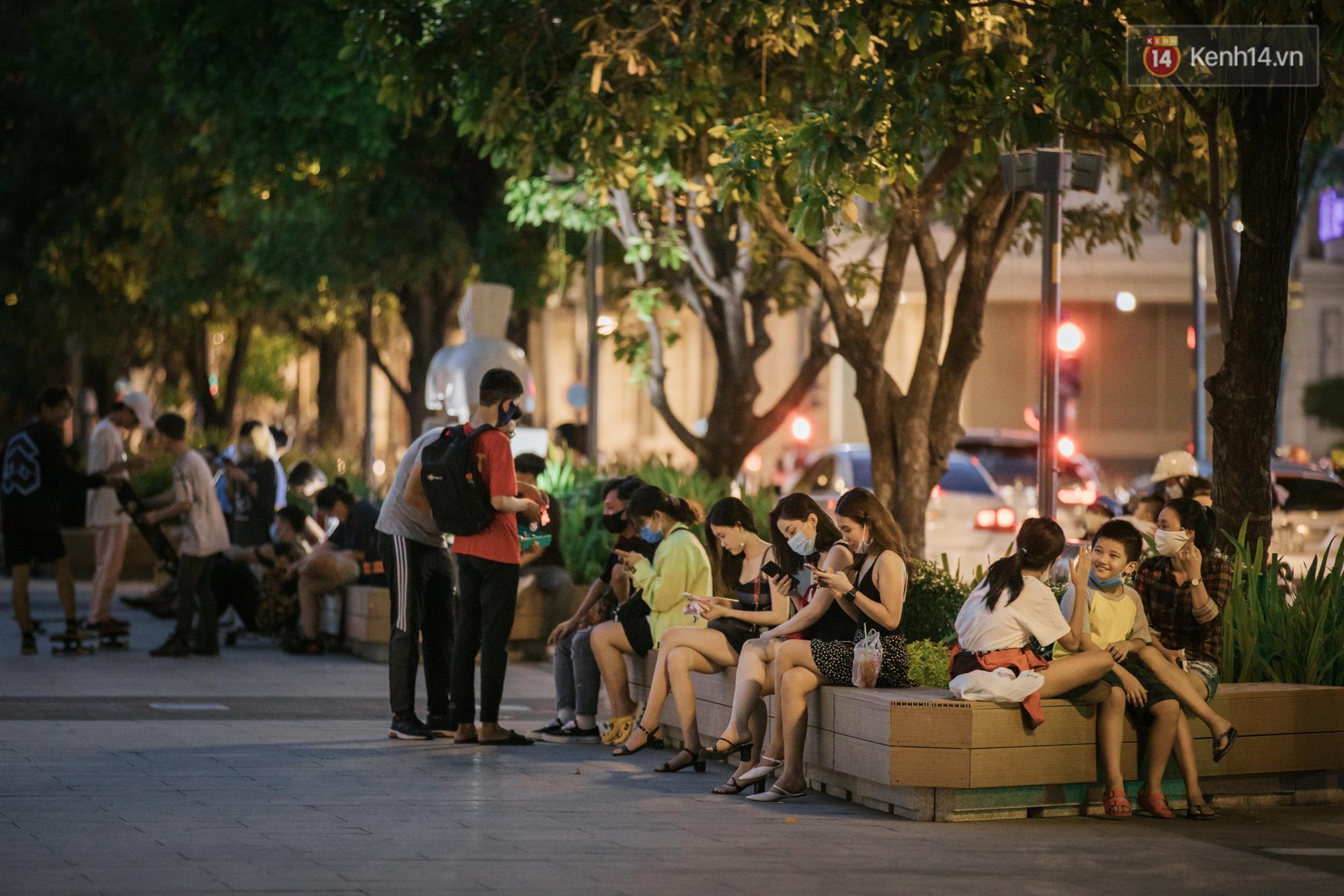 Sài Gòn nhộn nhịp trong buổi tối nghỉ lễ đầu tiên: Khu vực trung tâm dần trở nên đông đúc, nhiều người lo sợ vẫn 'kè kè' chiếc khẩu trang bên mình Ảnh 8