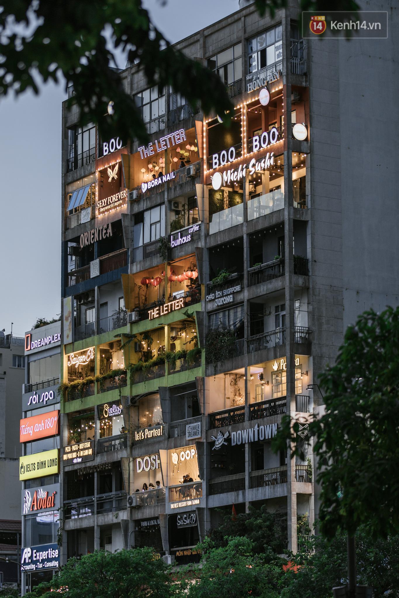 Sài Gòn nhộn nhịp trong buổi tối nghỉ lễ đầu tiên: Khu vực trung tâm dần trở nên đông đúc, nhiều người lo sợ vẫn 'kè kè' chiếc khẩu trang bên mình Ảnh 9