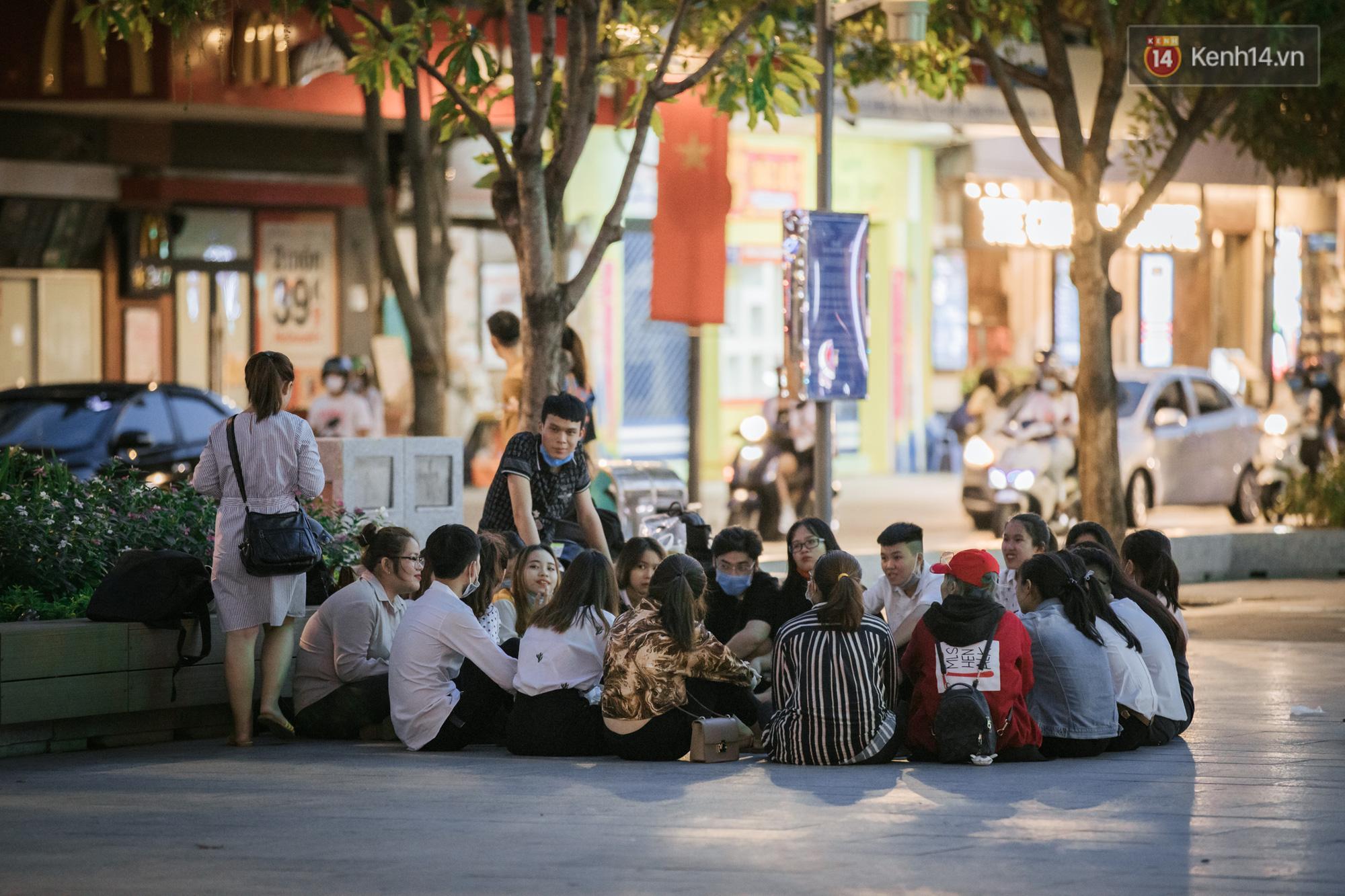 Sài Gòn nhộn nhịp trong buổi tối nghỉ lễ đầu tiên: Khu vực trung tâm dần trở nên đông đúc, nhiều người lo sợ vẫn 'kè kè' chiếc khẩu trang bên mình Ảnh 3