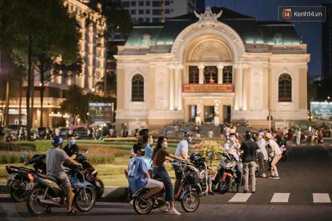 Sài Gòn nhộn nhịp trong buổi tối nghỉ lễ đầu tiên: Khu vực trung tâm dần trở nên đông đúc, nhiều người lo sợ vẫn 'kè kè' chiếc khẩu trang bên mình Ảnh 18