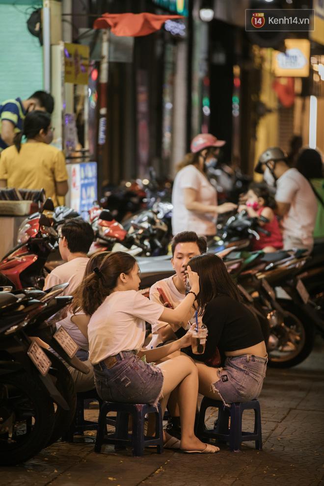 Sài Gòn nhộn nhịp trong buổi tối nghỉ lễ đầu tiên: Khu vực trung tâm dần trở nên đông đúc, nhiều người lo sợ vẫn 'kè kè' chiếc khẩu trang bên mình Ảnh 15