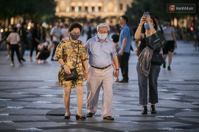 Sài Gòn nhộn nhịp trong buổi tối nghỉ lễ đầu tiên: Khu vực trung tâm dần trở nên đông đúc, nhiều người lo sợ vẫn 'kè kè' chiếc khẩu trang bên mình Ảnh 26