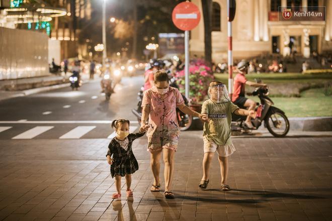 Sài Gòn nhộn nhịp trong buổi tối nghỉ lễ đầu tiên: Khu vực trung tâm dần trở nên đông đúc, nhiều người lo sợ vẫn 'kè kè' chiếc khẩu trang bên mình Ảnh 23