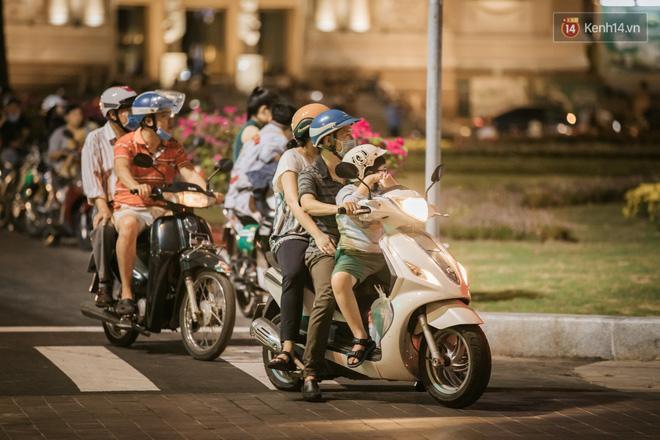 Sài Gòn nhộn nhịp trong buổi tối nghỉ lễ đầu tiên: Khu vực trung tâm dần trở nên đông đúc, nhiều người lo sợ vẫn 'kè kè' chiếc khẩu trang bên mình Ảnh 16