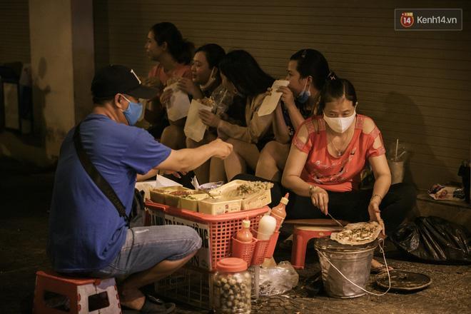 Sài Gòn nhộn nhịp trong buổi tối nghỉ lễ đầu tiên: Khu vực trung tâm dần trở nên đông đúc, nhiều người lo sợ vẫn 'kè kè' chiếc khẩu trang bên mình Ảnh 14