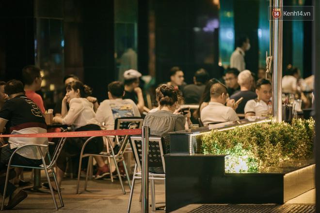 Sài Gòn nhộn nhịp trong buổi tối nghỉ lễ đầu tiên: Khu vực trung tâm dần trở nên đông đúc, nhiều người lo sợ vẫn 'kè kè' chiếc khẩu trang bên mình Ảnh 11