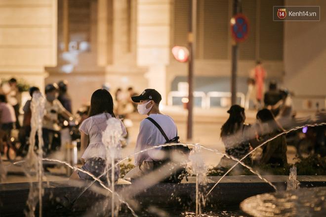Sài Gòn nhộn nhịp trong buổi tối nghỉ lễ đầu tiên: Khu vực trung tâm dần trở nên đông đúc, nhiều người lo sợ vẫn 'kè kè' chiếc khẩu trang bên mình Ảnh 19