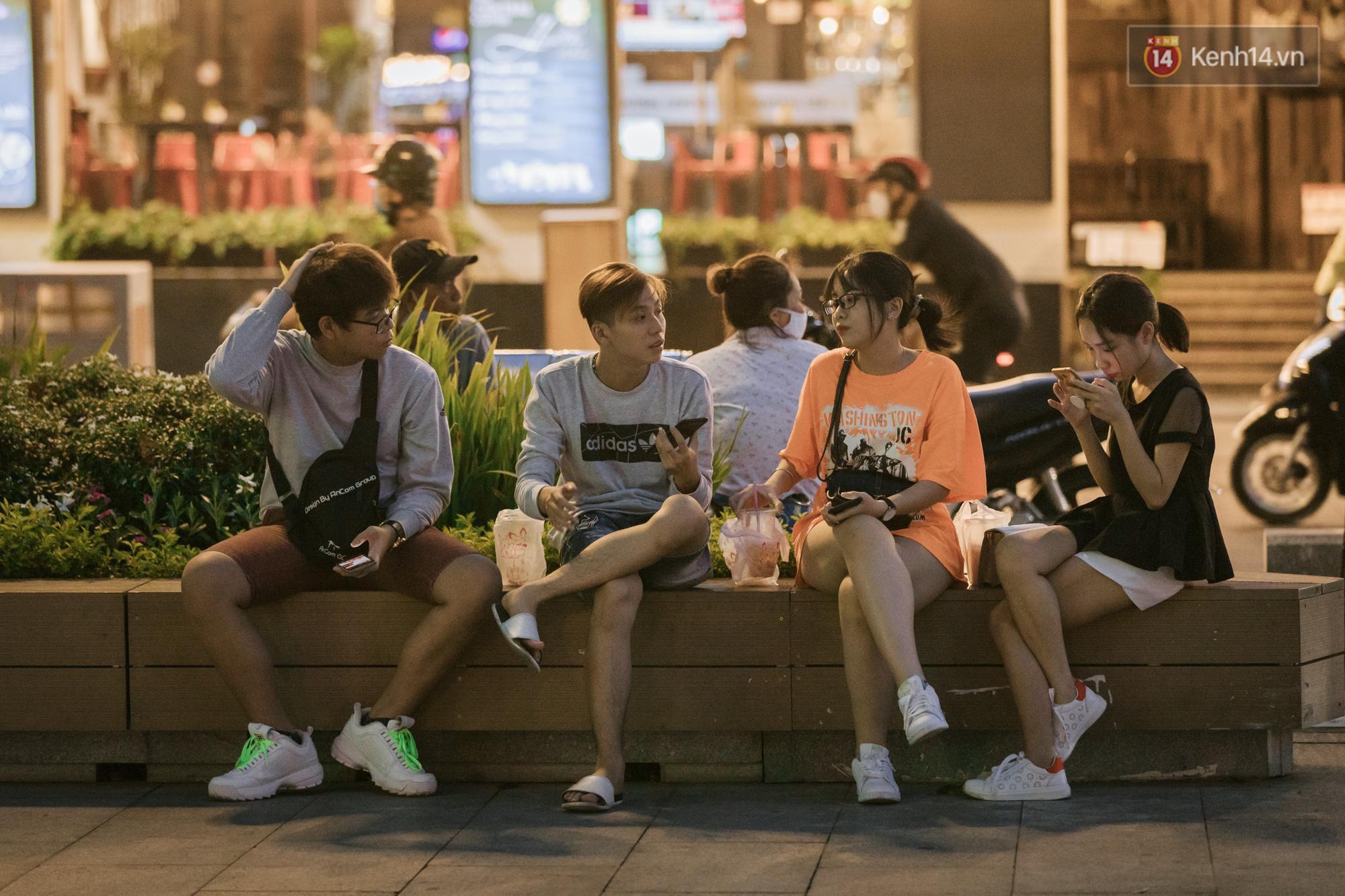 Sài Gòn nhộn nhịp trong buổi tối nghỉ lễ đầu tiên: Khu vực trung tâm dần trở nên đông đúc, nhiều người lo sợ vẫn 'kè kè' chiếc khẩu trang bên mình Ảnh 7
