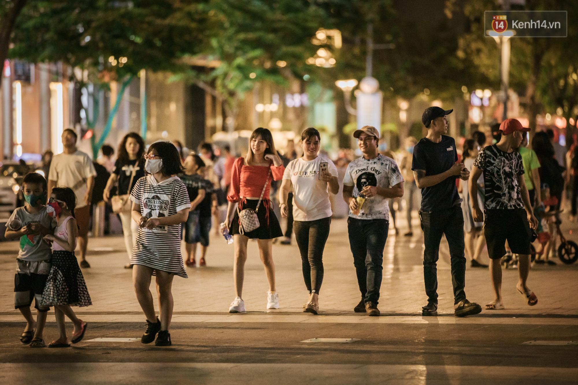 Sài Gòn nhộn nhịp trong buổi tối nghỉ lễ đầu tiên: Khu vực trung tâm dần trở nên đông đúc, nhiều người lo sợ vẫn 'kè kè' chiếc khẩu trang bên mình Ảnh 4