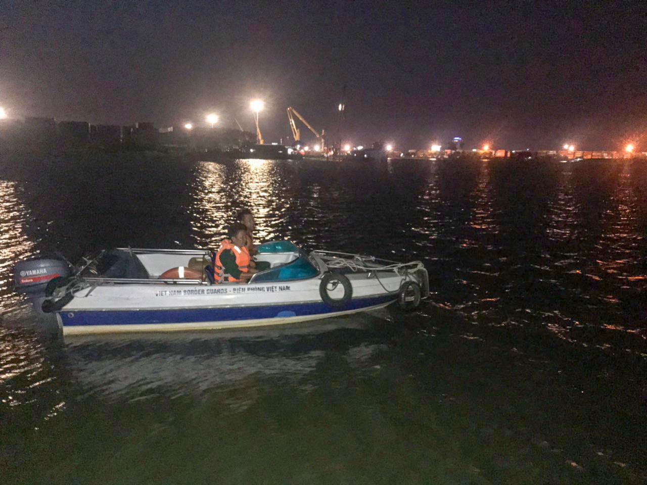 Cứu sống 2 người dân bị lật xuồng trên sông Đồng Nai Ảnh 1