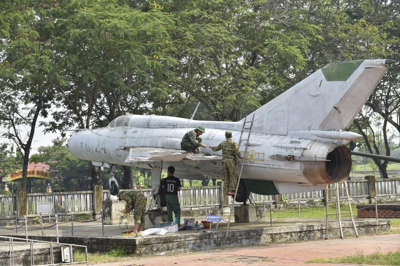 Tháo máy bay, xe tăng trong bảo tàng để dời về chỗ mới Ảnh 11