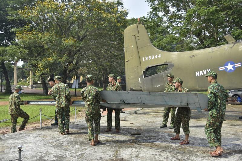 Tháo máy bay, xe tăng trong bảo tàng để dời về chỗ mới Ảnh 13