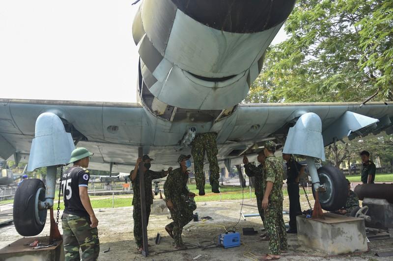 Tháo máy bay, xe tăng trong bảo tàng để dời về chỗ mới Ảnh 6