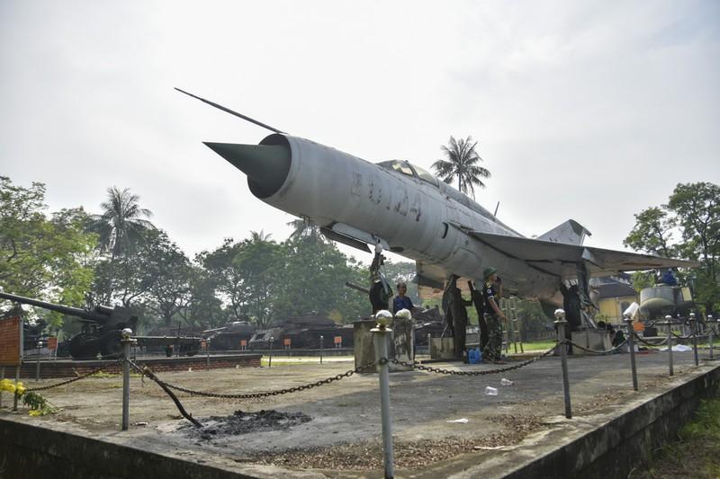 Tháo máy bay, xe tăng trong bảo tàng để dời về chỗ mới Ảnh 2