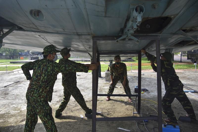 Tháo máy bay, xe tăng trong bảo tàng để dời về chỗ mới Ảnh 8