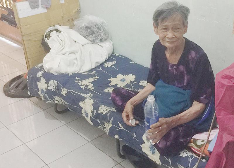 Hành xử đáng quý của cụ bà 80 tuổi ngày bán vé số, tối ngủ hành lang Ảnh 1