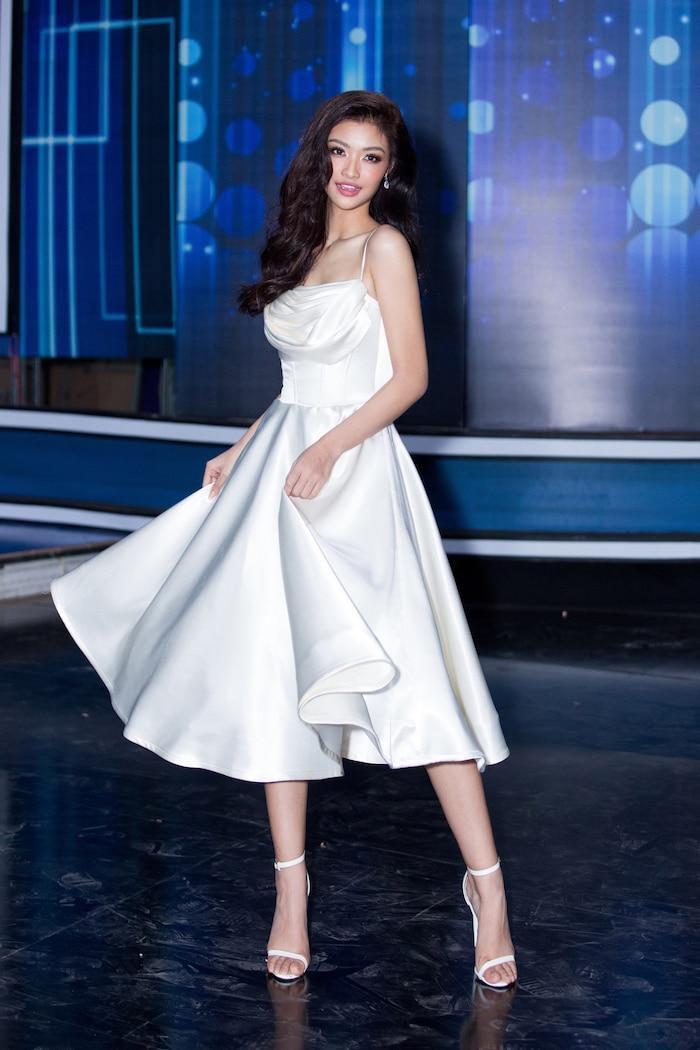 Á hậu Kiều Loan mê hoặc khán giả với gu thời trang xuất sắc trên sóng truyền hình Ảnh 3