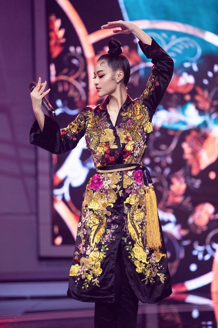 Á hậu Kiều Loan mê hoặc khán giả với gu thời trang xuất sắc trên sóng truyền hình Ảnh 15
