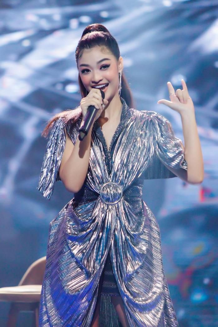 Á hậu Kiều Loan mê hoặc khán giả với gu thời trang xuất sắc trên sóng truyền hình Ảnh 2