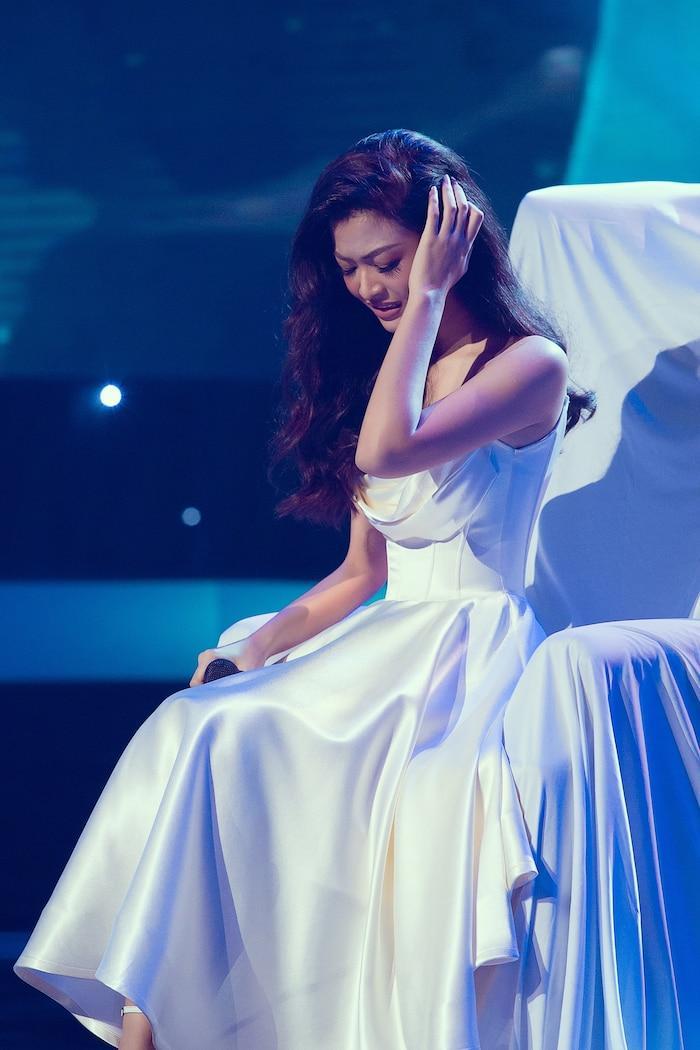 Á hậu Kiều Loan mê hoặc khán giả với gu thời trang xuất sắc trên sóng truyền hình Ảnh 4