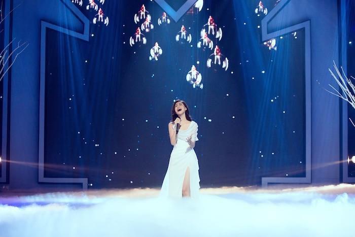 Á hậu Kiều Loan mê hoặc khán giả với gu thời trang xuất sắc trên sóng truyền hình Ảnh 6