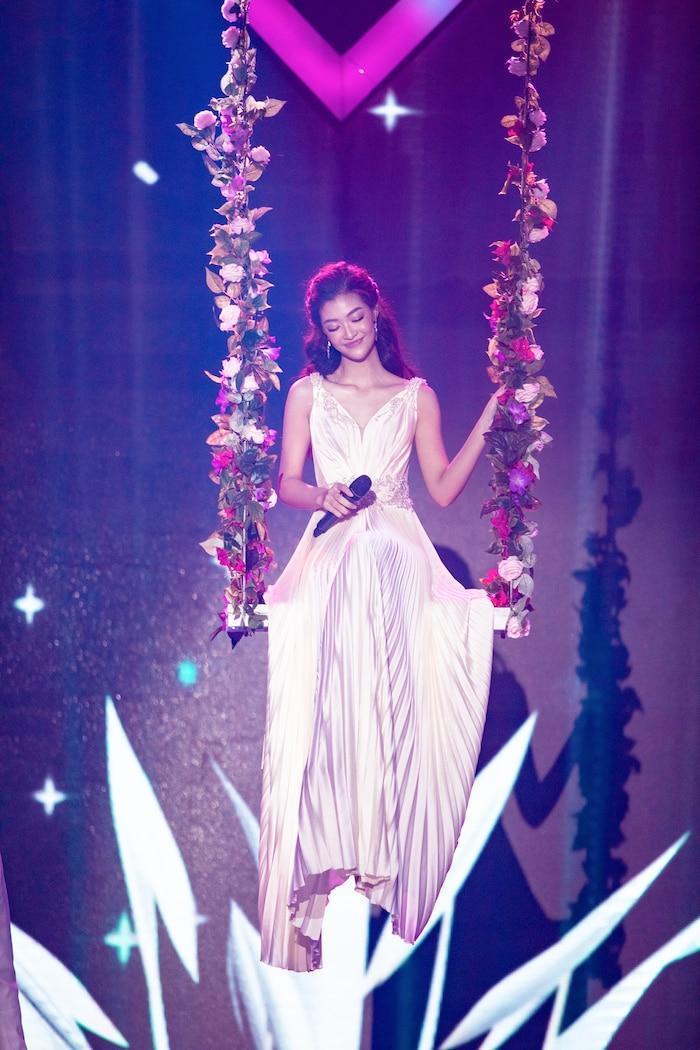Á hậu Kiều Loan mê hoặc khán giả với gu thời trang xuất sắc trên sóng truyền hình Ảnh 10