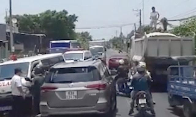 Tước bằng lái tài xế ôtô cản trở xe cứu thương Ảnh 1