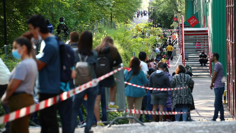 Khó tin: Hơn 1.000 người ở Thụy Sĩ chờ phát thực phẩm miễn phí Ảnh 1