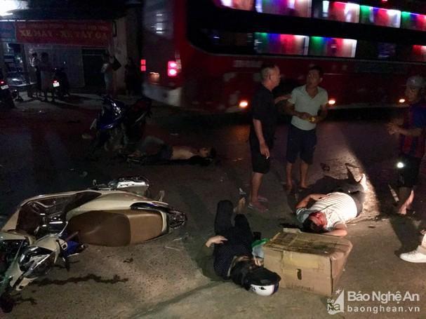 Hai xe máy đâm nhau trong đêm, 3 người bị thương nặng Ảnh 2
