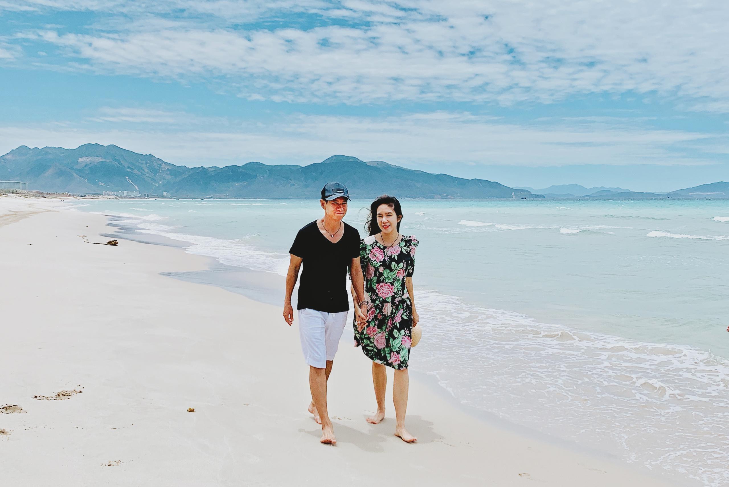 Lý Hải tình tứ nắm tay vợ dạo biển Ảnh 1