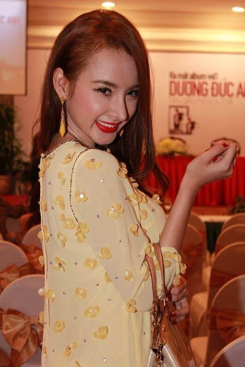 Mặc màu vàng quyền lực, Angela Phương Trinh khi lộng lẫy như bà hoàng lúc 'lạc quẻ' khó đỡ Ảnh 1