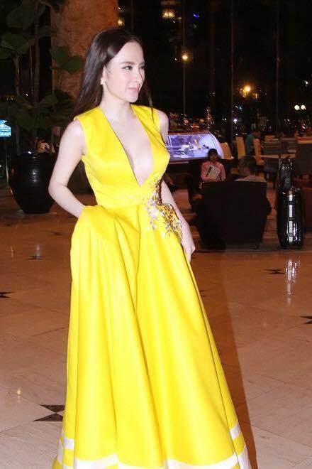 Mặc màu vàng quyền lực, Angela Phương Trinh khi lộng lẫy như bà hoàng lúc 'lạc quẻ' khó đỡ Ảnh 4