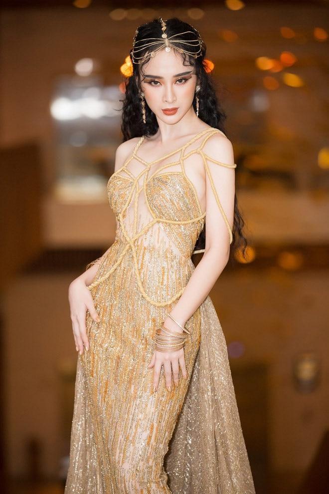 Mặc màu vàng quyền lực, Angela Phương Trinh khi lộng lẫy như bà hoàng lúc 'lạc quẻ' khó đỡ Ảnh 5