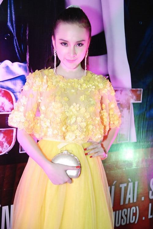 Mặc màu vàng quyền lực, Angela Phương Trinh khi lộng lẫy như bà hoàng lúc 'lạc quẻ' khó đỡ Ảnh 3