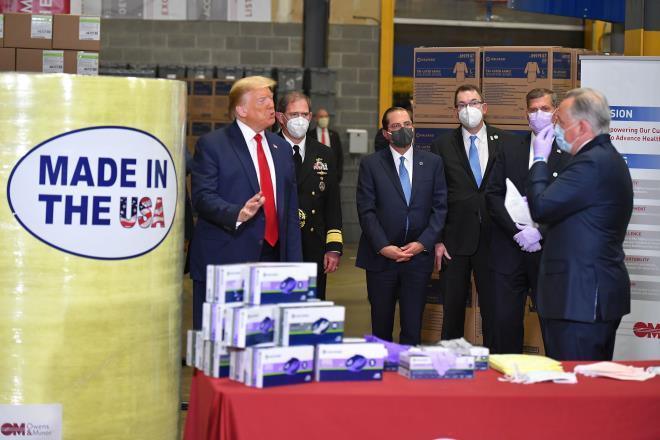 Tổng thống Trump lại gây tranh cãi khi thăm cơ sở y tế mà không đeo khẩu trang Ảnh 1