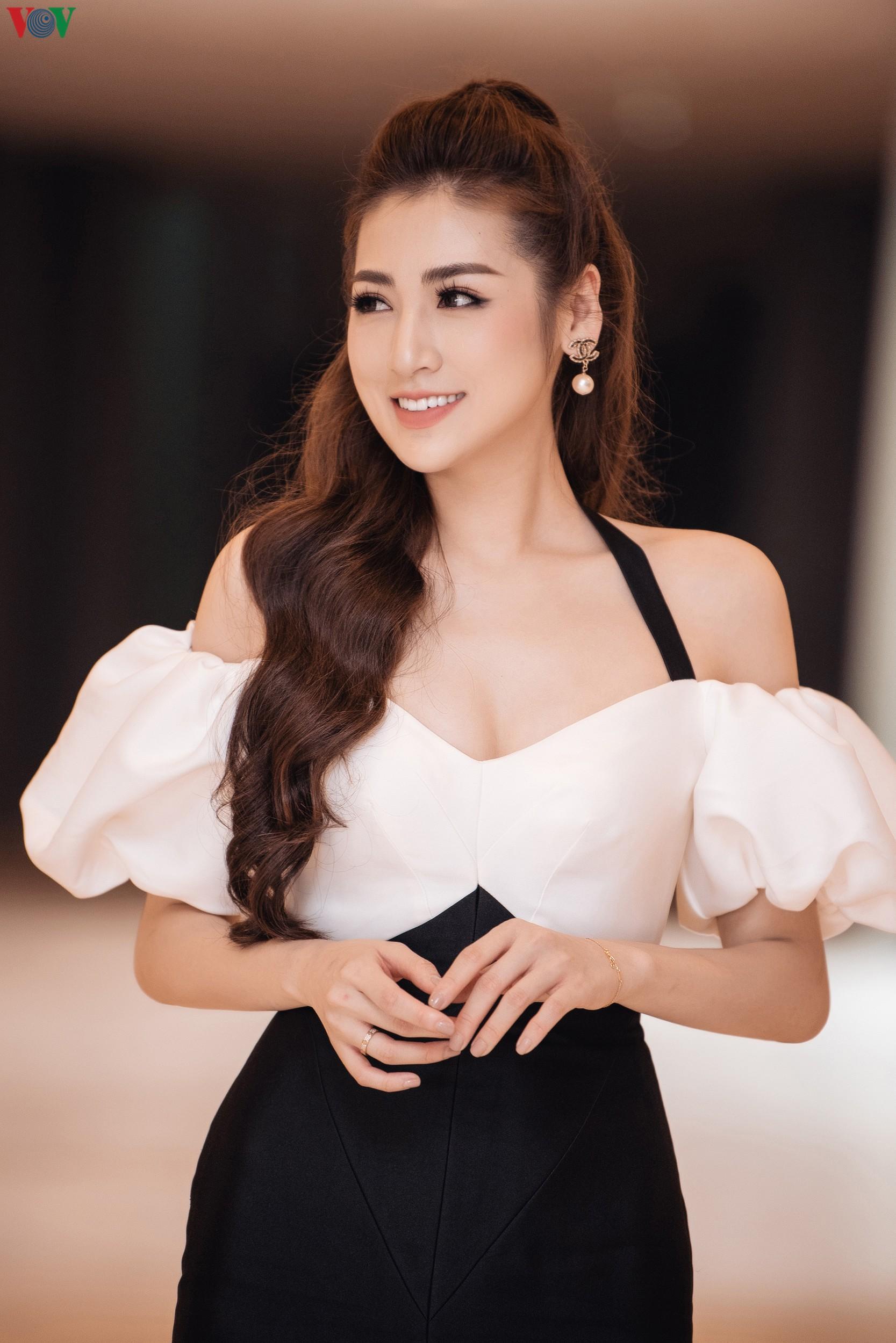 Á hậu Tú Anh khoe dáng 'mòn con mắt' với đầm trễ vai Ảnh 2