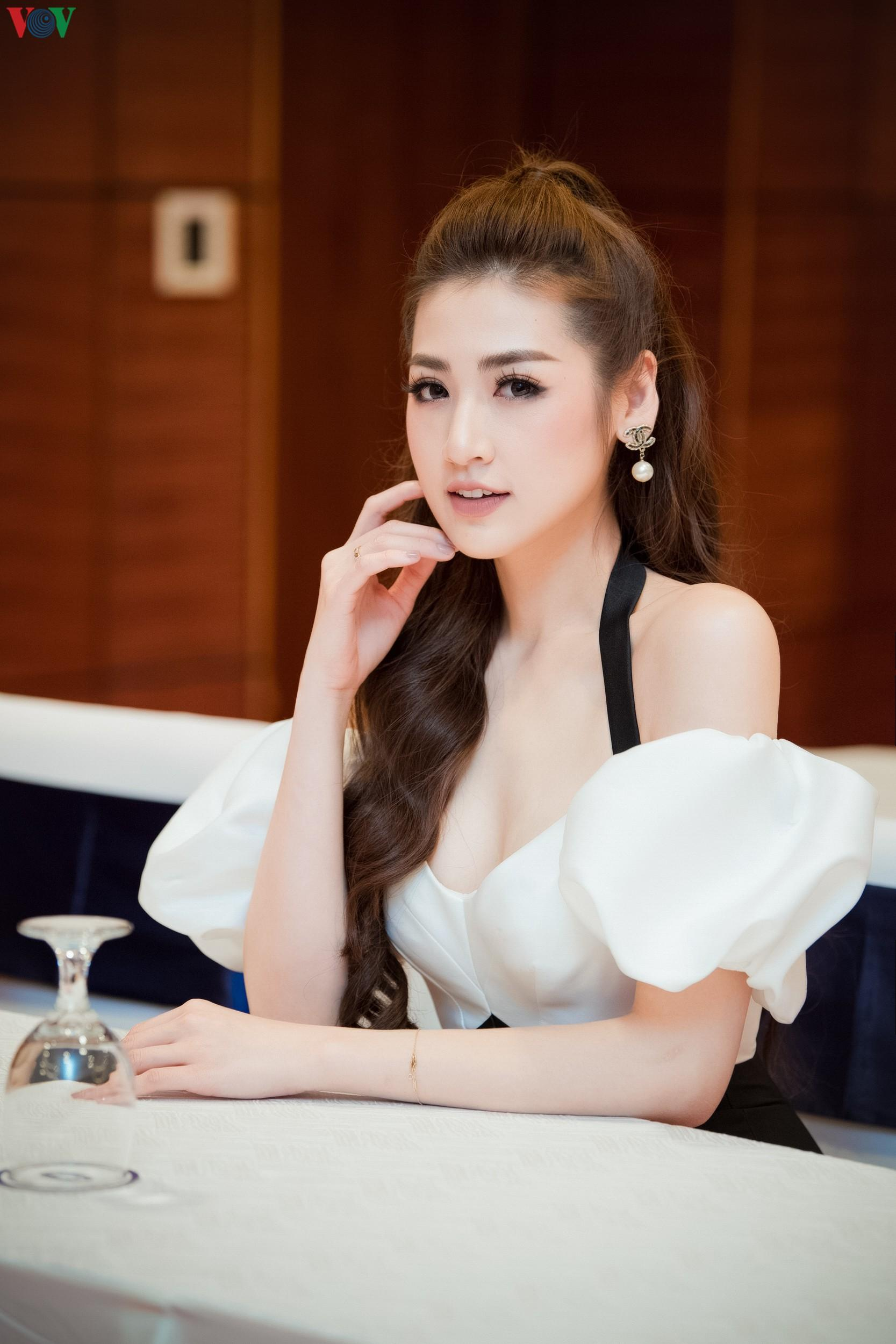 Á hậu Tú Anh khoe dáng 'mòn con mắt' với đầm trễ vai Ảnh 9